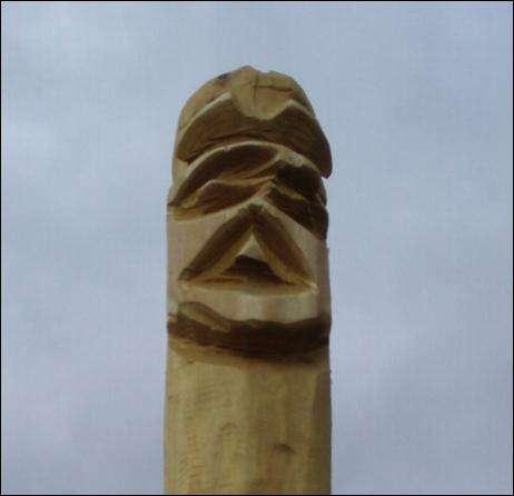 Udskaaret robinie stolpe